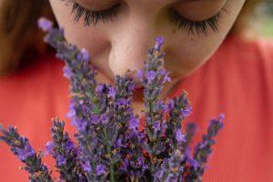 بیماری کرونا میتواند حس چشایی و بویایی را مختل کند.