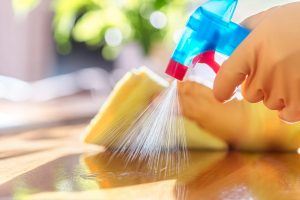 سطوح و اشیای محیط خانه را میتوان با استفاده از الکل ضدعفونی یا مواد ضدعفونیکننده دارای کلر پاک کرد.