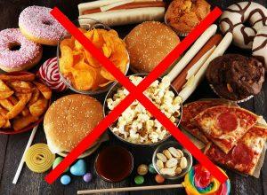 از مصرف فست فودها، غذاهای چرب و شیرینی پرهیز کنید