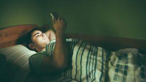دنبال کردن اخبار قبل از خواب خوابیدن را سختتر میکند
