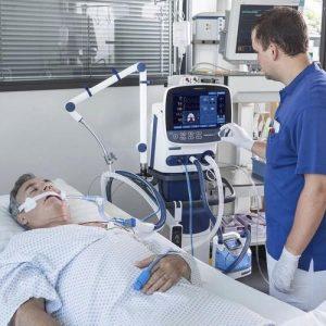 بیمار در زیر دستگاه ونتیلاتور
